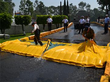 Wasser-Barrieren ausrollen hochwasserschutz